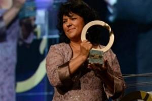 Berta Càceres recollint el premi Goldman